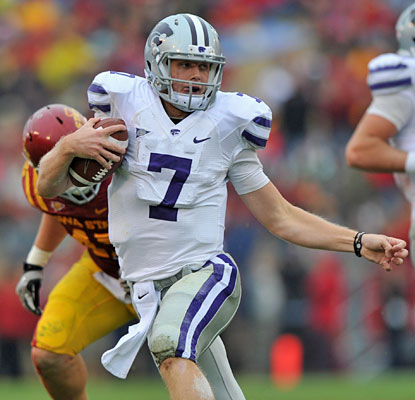 Collin Klein helps K-State hold the ball for over 40 minutes, rushing for 105 yards and throwing for 187.  (US Presswire)
