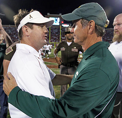 Art Briles congratulates Bob Stoops (L), who earns his 146th win at Oklahoma. He is now 11 wins shy of Barry Switzer's record. (AP)