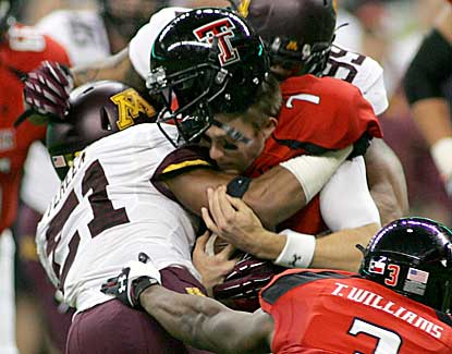 Texas Tech quarterback Seth Doege, who passes for 271 yards, loses his helmet in the first half. (US Presswire)