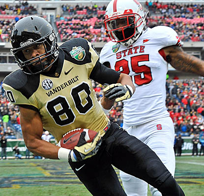 WR Chris Boyd catches a touchdown pass as Vanderbilt builds a first-half lead over NC State. (US Presswire)