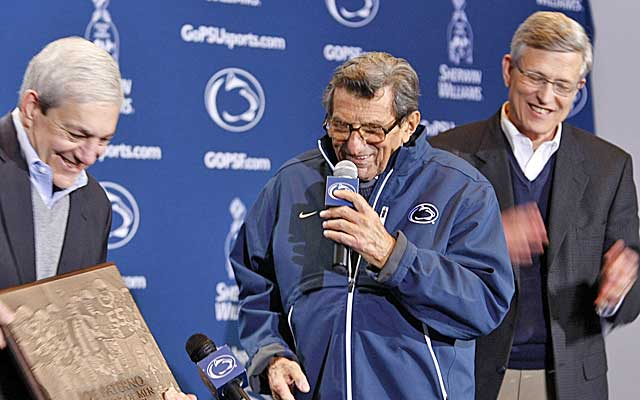 Graham Spanier (left) and Tim Curley honor Joe Paterno  for now-vacated win No. 409.  (USATSI)