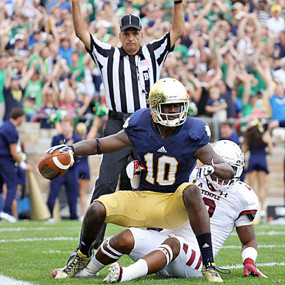 DaVaris Daniels comes down with one of his two 32-yard touchdown receptions for the 14th-ranked Irish.  (USATSI)