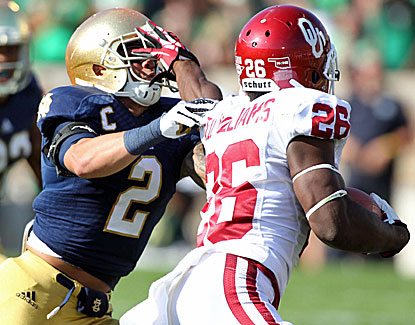 Oklahoma's Damien Williams puts a stiffarm on ND's Bennett Jackson in the Sooners' 35-21 win. (USATSI)