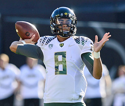 Oregon QB Marcus Mariota produces seven touchdowns against Colorado -- five by air and two on the ground. (USATSI)