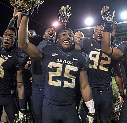 No. 17 Baylor puts on a show against West Virginia, putting up almost 900 yards of total offense.  (USATSI)