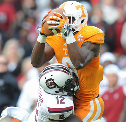 Marquez North makes a big catch for a 39-yard gain on Tennessee's final drive to help set up the game-winning field goal.  (USATSI)