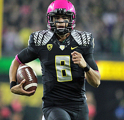 Marcus Mariota furthers his Heisman case with 327 yards passing and three total touchdowns in an Oregon blowout.  (USATSI)
