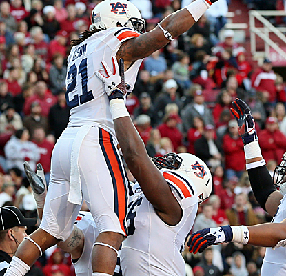 Auburn running back Tre Mason piles up 168 yards and four TDs as the Tigers win their fifth straight.  (USATSI)