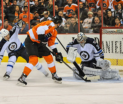 Sean Couturier beats Jets goalie Ondrej Pavelec on a penalty kill for the Flyers' second goal of the game.  (USATSI)