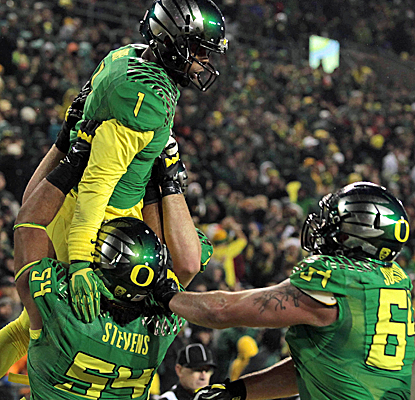 No. 12 Oregon scores the winning touchdown with just 29 seconds left to edge Oregon State in the Civil War.  (USATSI)