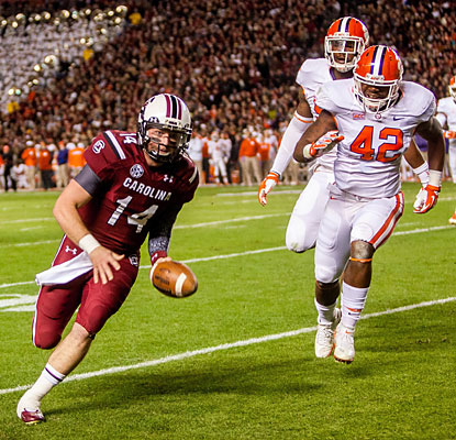 Connor Shaw finishes with two TDs, including one on the ground, as South Carolina extends its home win streak to 18.  (USATSI)