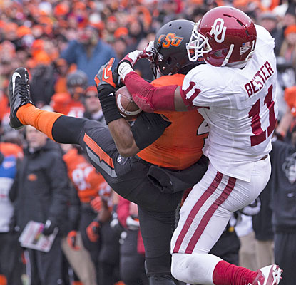 Oklahoma WR Lacoltan Bester keeps the Sooners' game-winning drive alive, breaking up Justin Gilbert's interception try.  (USATSI)