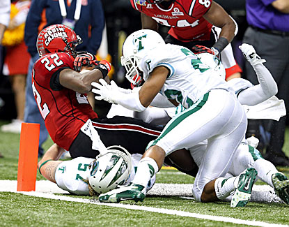 Louisiana-Lafayette's Elijah McGuire falls into the end zone for a 22-yard score in the Cajuns' win over Tulane. (USATSI)