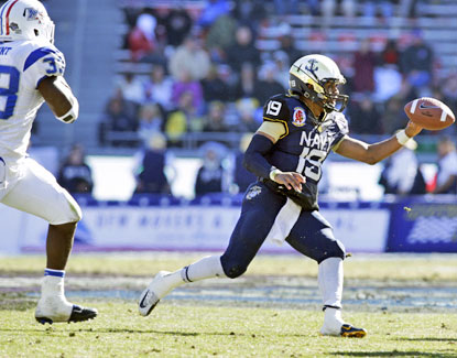 Keenan Reynolds, who rushes for 86 yards and scores two touchdowns, pitches the ball against Middle Tennessee State. (USATSI)