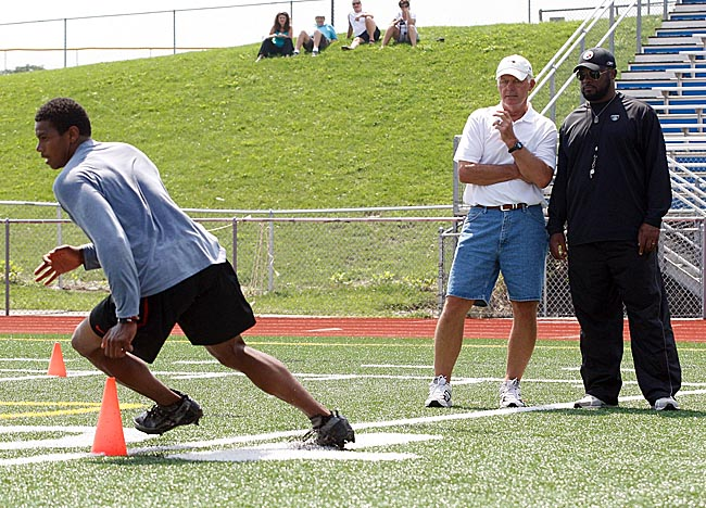 Terrelle Pryor works out in front of, among plenty of others, Steelers coach Mike Tomlin (right). (Getty Images)