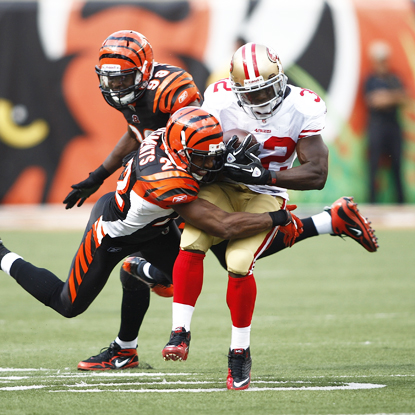 San Francisco RB Kendall Hunter battles two Cincinnati defenders before scoring the game's only TD.  (Getty Images)