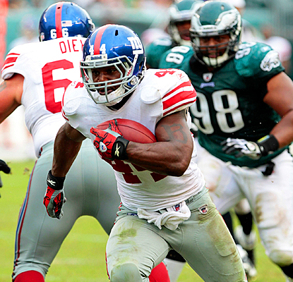 The Giants' Ahmad Bradshaw runs a pass in for an 18-yard touchdown against the Eagles. (Getty Images)