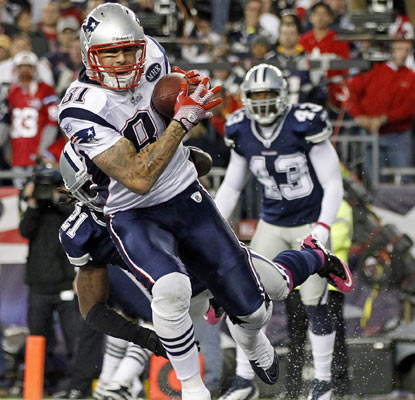 Aaron Hernandez catches the game-winning touchdown with 22 seconds left to give the Patriots a hard-fought victory.  (US Presswire)