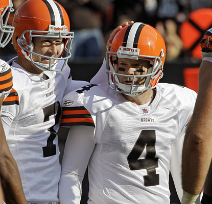 Phil Dawson draws a crowd after his 53-yard field goal in the fourth quarter provides the decisive points for Cleveland.  (AP)