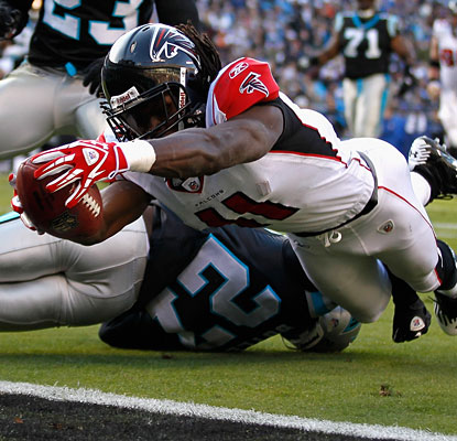 Julio Jones stretches the ball across the goal line to give the Falcons their first lead of the game.  (Getty Images)