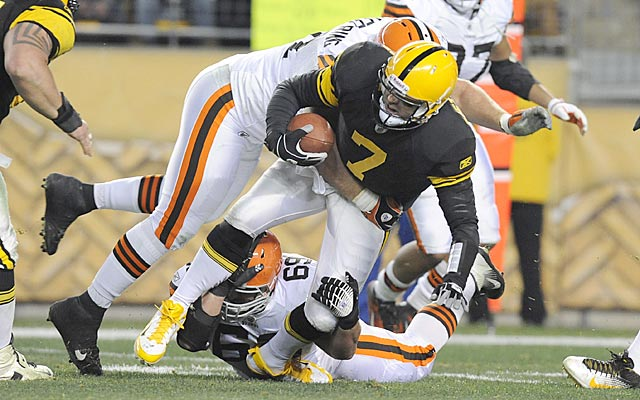Pittsburgh's season could hinge on Roethlisberger's injured joint (ouch, don't look) Monday night. (AP)