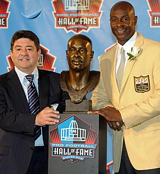 Eddie DeBartolo Jr. presented Niners icon Jerry Rice at Hall of Fame ceremonies Aug. 2, 2010. (US Presswire)