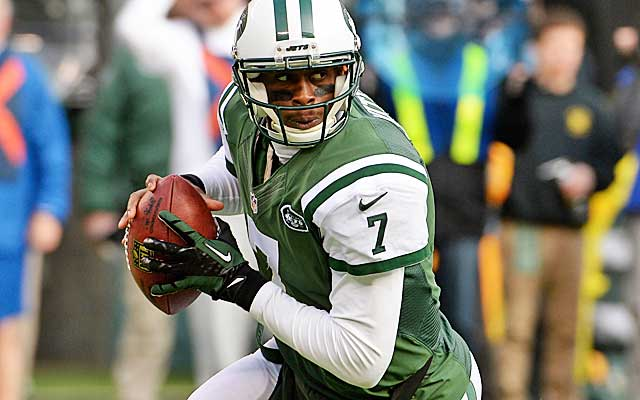 Geno Smith's struggles are tied to a lack of playmakers on offense.  (USATSI)