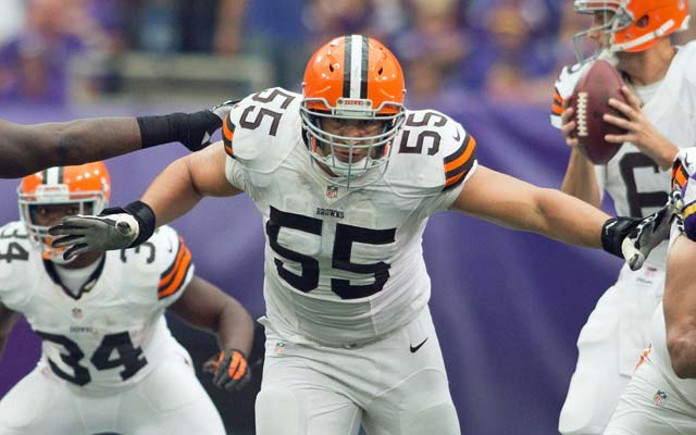 Alex Mack could wind up anchoring the Jaguars' offensive line. (USATSI)