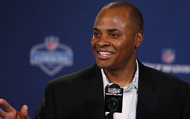 Prying the No. 1 pick out of Texans GM Rick Smith could be a costly maneuver. (USATSI)