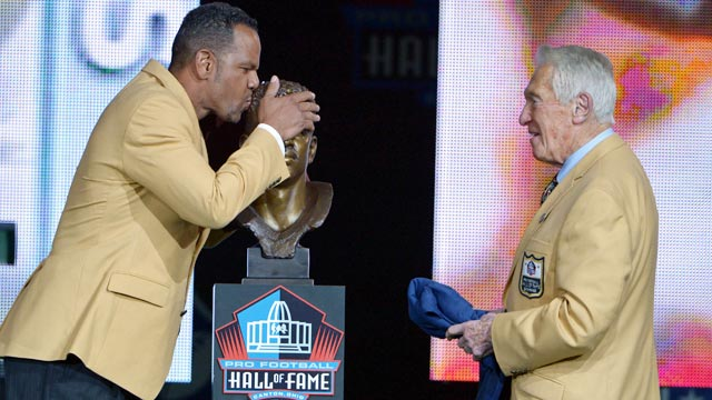 Former Bills WR Andre Reed plants a kiss on his Hall of Fame bust. (USATSI)