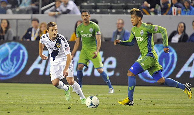 Robbie Rogers (left) defends against Seattle's Deindre Yedlin late in the second half. (USATSI)