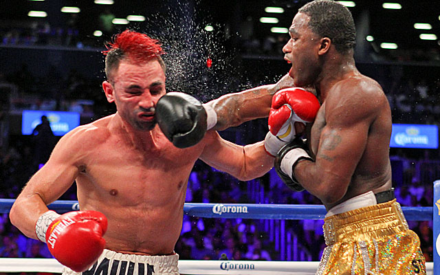 Adrien Broner (right) defeats Paulie Malignaggi by split decision for the welterweight title. (USATSI)