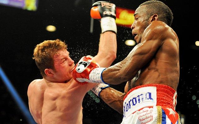 Canelo Alvarez has trouble landing punches against Erislandy Lara.  (USATSI)