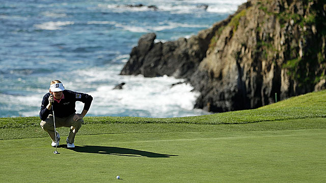 Brandt Snedeker runs off 4 straight birdies for a 4-under 68, good for a share of the Pebble Beach lead. (Getty Images)