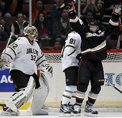 Saku Koivu continues to get it done for the Ducks, scoring his fifth goal in five games. (AP)