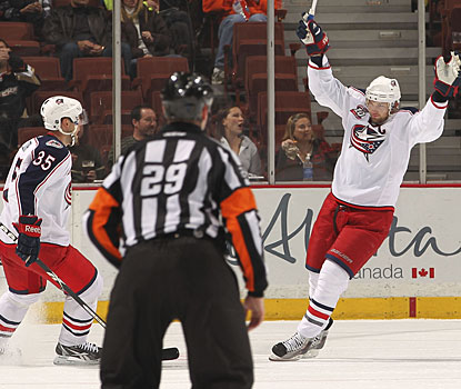 Rick Nash (right) keeps at it, scoring for the sixth time in his last six starts for Columbus. (Getty Images)