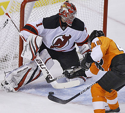 Danny Briere beats Johan Hedberg five-hole to give the Flyers a 4-2 lead in the third period.  (AP)