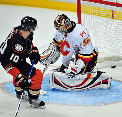 Corey Perry beats Henrik Karlsson for the decisive goal in the shootout. (US Presswire)