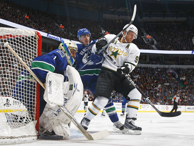 Roberto Luongo minds the post as Brad Richards and the Stars battle deep in the zone.  (Getty Images)