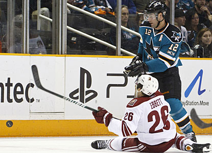 Patrick Marleau's (12) short-handed goal late in the third period turns out to be the winner for San Jose. (US Presswire)