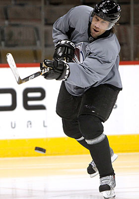 After practicing with the Avs for two weeks, Peter Forsberg signs to play for the rest of the season. (Getty Images)