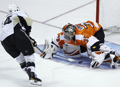 Chris Kunitz scores the game-winning goal against Flyers goalie Sergei Bobrovsky in a shootout. (AP)