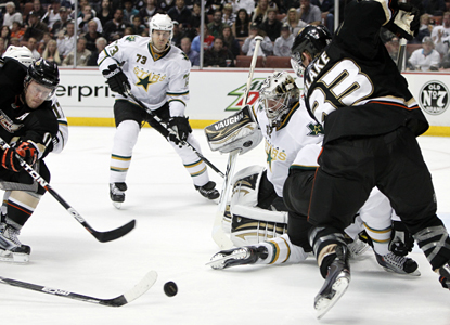 Ducks circle around looking for opportunities but Stars goalie Kari Lehtonen stands his ground and comes out with the win. (AP)