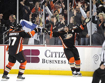 Teemu Selanne (right) accounts for the only goals Anaheim needs on this night to win. (AP)