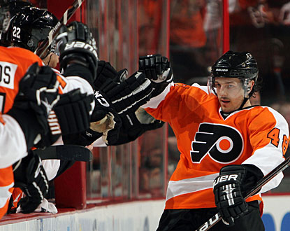 Danny Briere's clutch goal in the end proves to be the winning goal for Philadelphia in Game 2. (Getty Images)