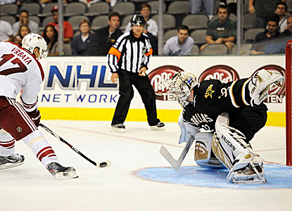 Kari Lehtonen prepares for one of his 40 saves.  His Stars edge the Coyotes in a shootout. (US Presswire)