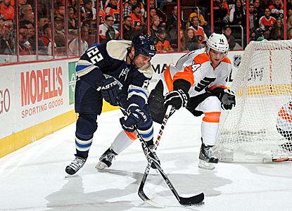 Sean Couturier (right) scores twice for the Flyers in a beatdown of the Blue Jackets. (Getty Images)