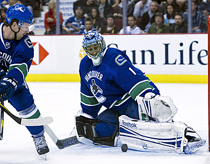 Roberto Luongo stops 23 for Vancouver, leading them to a win against the Islanders. (Getty Images)