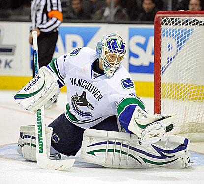 Cory Schneider saves 43 against San Jose to lead Vancouver to their season-best fourth straight victory. (Getty Images)
