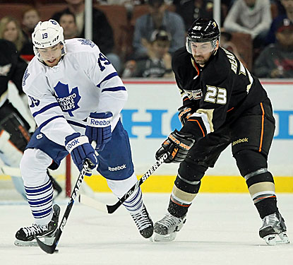 The Maple Leafs' Joffrey Lupul (left) adds two assists in Toronto's victory over the Anaheim Ducks. (Getty Images)